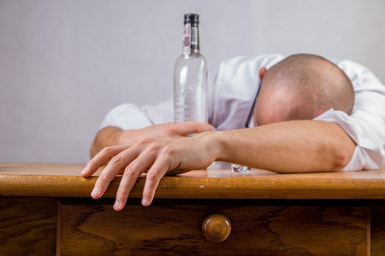 Alkoholik z butelką wódki
