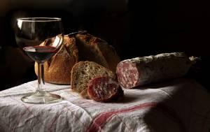 Dieta alkoholika - kieliszek wina i jedzenie
