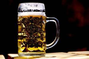 Kufel piwa - etapy alkoholizmu