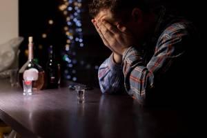 Jak objawia się alkoholizm? Niepowszechne oznaki świadczące o problemie
